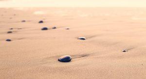 אבני מדיטציה בחוף